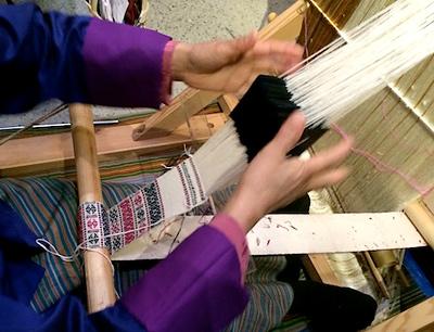 「境町画廊でブータン織物職人の手際にびっくり2
